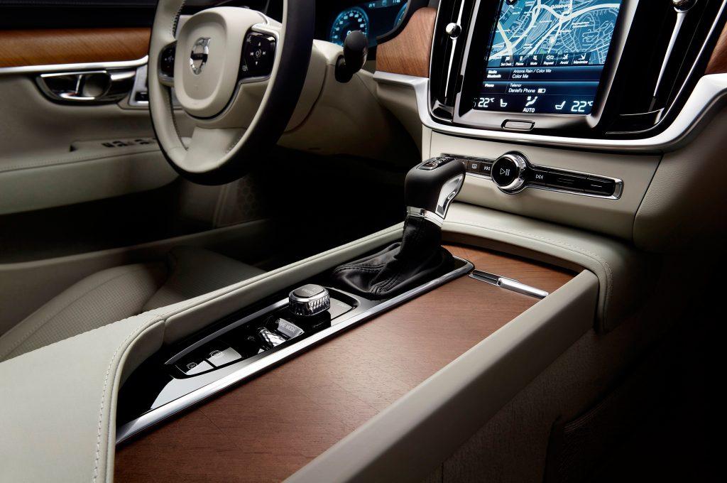 2017-Volvo-S90-center-console