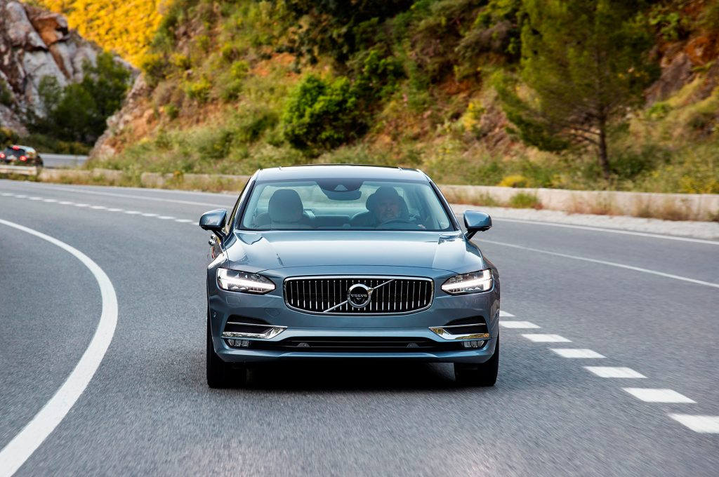 2017-Volvo-S90-front-end-in-motion-02